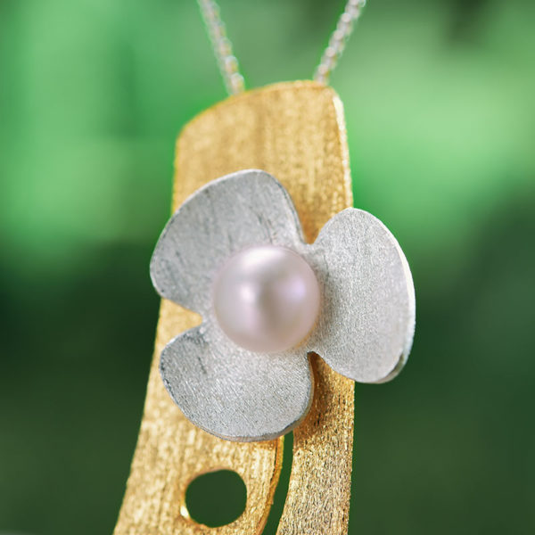 Strieborný prívesok Kvietok s perlou