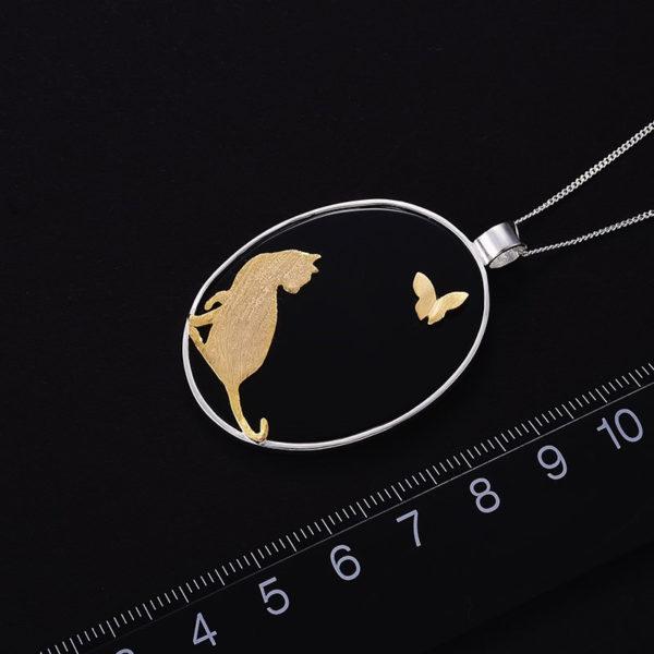 Strieborný prívesok Zlatá mačka a motýľ