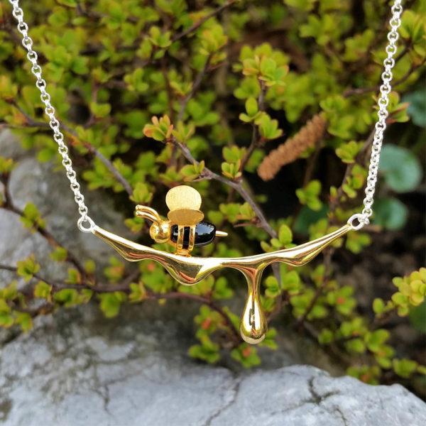 Strieborný náhrdelník Včielka zlatá